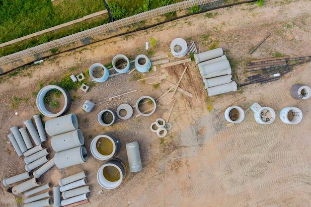 Gestapelde betonnen buizen om drainagesystemen te bouwen op bouwmaterialen een stapel planken