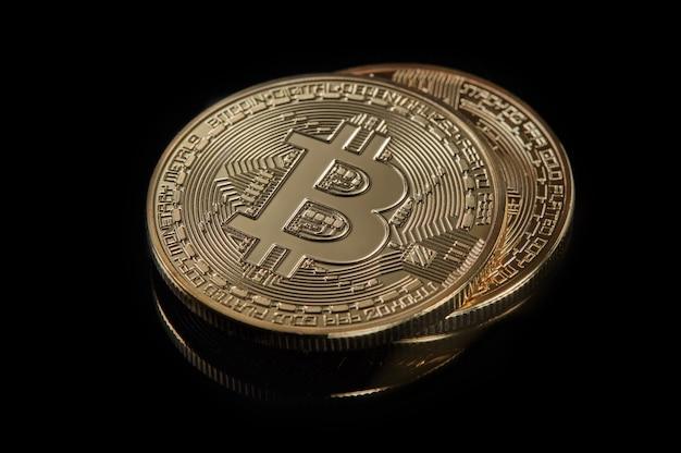 Gestapelde bitcoin btc cryptocurrency. btc gouden munten als symbool van elektronisch virtueel geld voor internetbankieren en internationale netwerkbetalingen