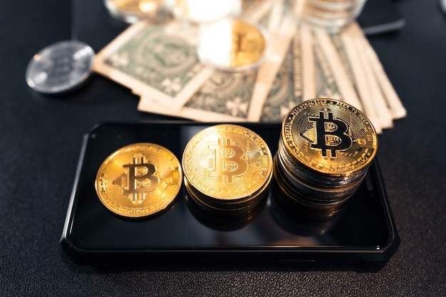 Gestapelde bitcoins groeien op het bureau, klaar om te investeren.