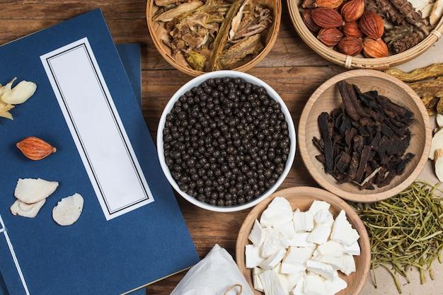 Gestapelde chinese kruidengeneeskunde pillen