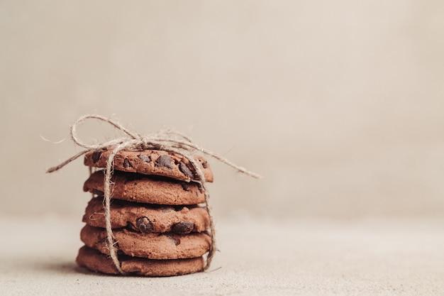 Gestapelde chocoladeschilferkoekjes op grijze lijst
