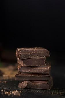 Gestapelde chocoladestukken dicht omhoog
