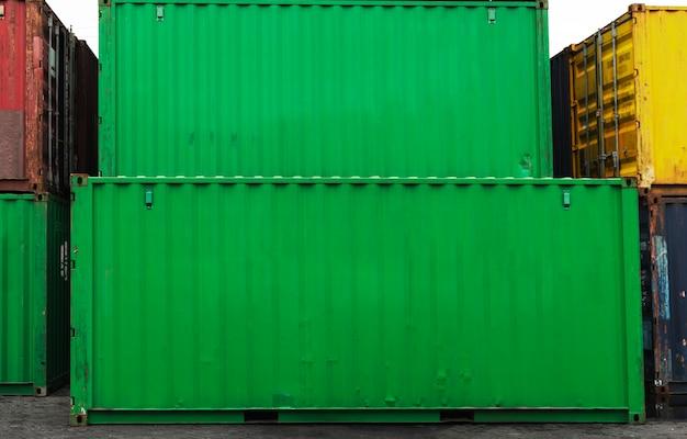Gestapelde containerdozen in groen