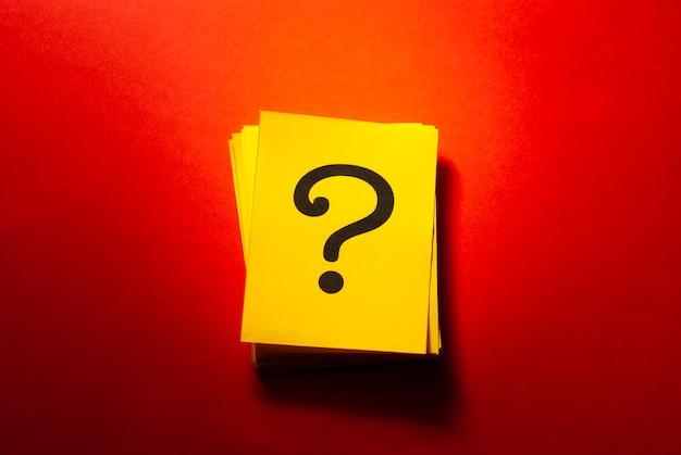 Gestapelde gele kaarten met gedrukt vraagteken