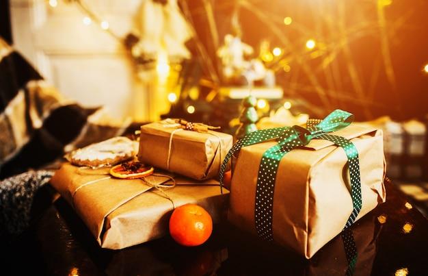 Gestapelde geschenken met groene bogen en een oranje