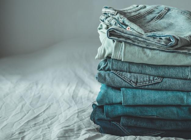 Gestapelde gevouwen jeans