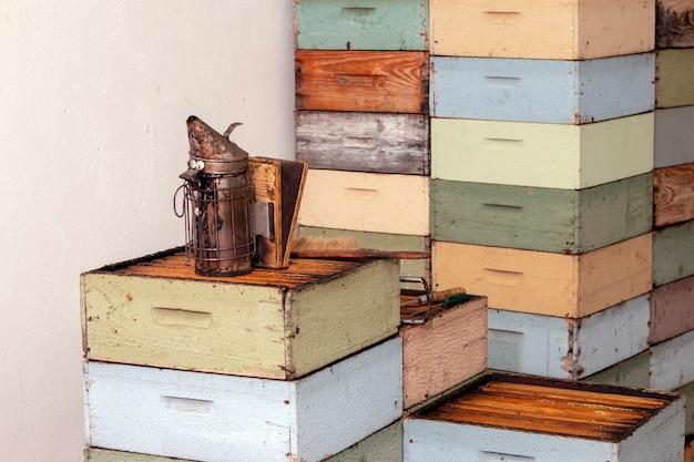 Gestapelde honingraat bijenkorf kisten