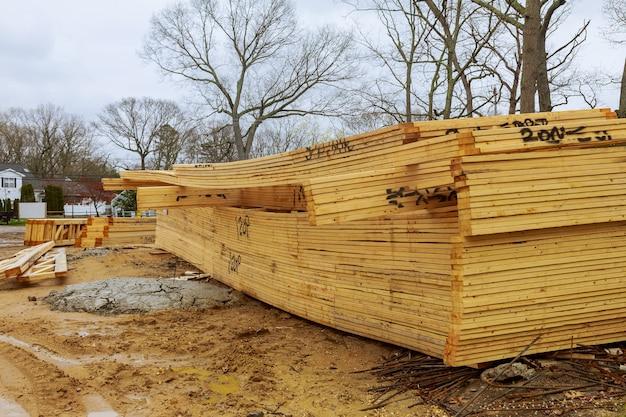 Gestapelde houten bouwmaterialen een stapel planken houten frame en balkconstructie