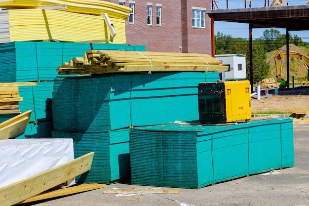 Gestapelde houten bouwmaterialen een stapel planken houten frame en balkenconstructie