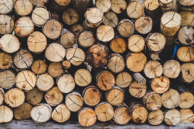 Gestapelde houten logboekenachtergrond. textuur van logboeken achtergrondvervaardiging van hout.