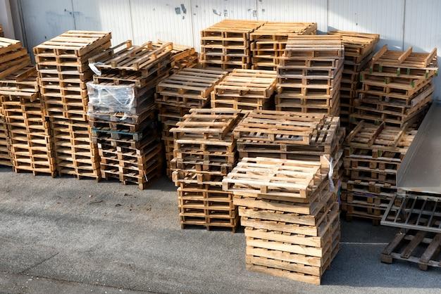 Gestapelde houten pallets