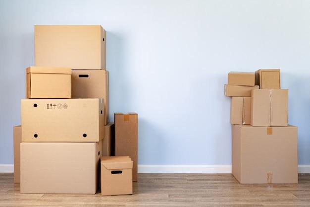 Gestapelde kartonnen dozen in een kamer