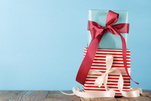 Gestapelde kleurrijke cadeautjes op blauw