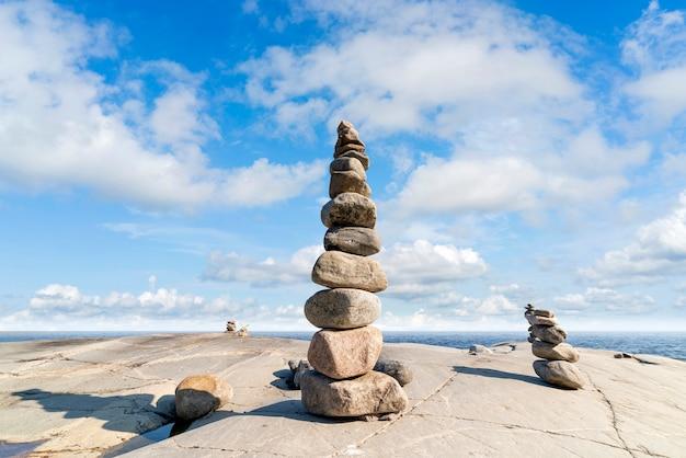 Gestapelde rotsen balanceren, stapelen met precisie. stenen toren aan de kust. kopieer ruimte.