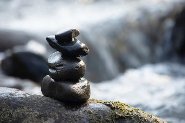 Gestapelde stenen en het water stroomt door in een stroom bij wang nan pua