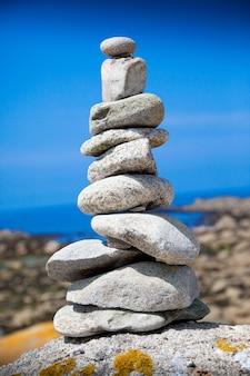 Gestapelde stenen in het strand