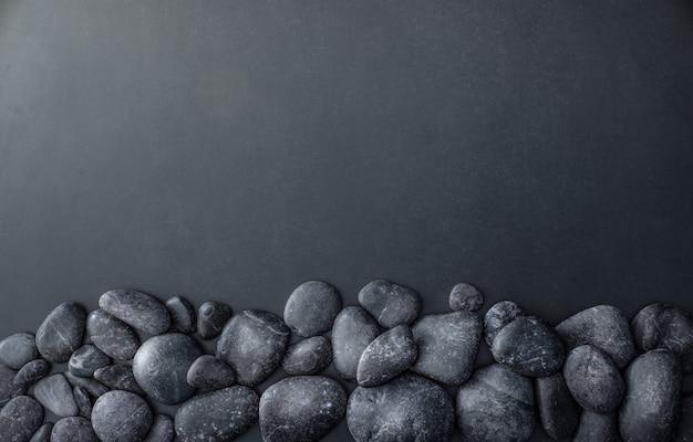 Gestapelde stenen op donker