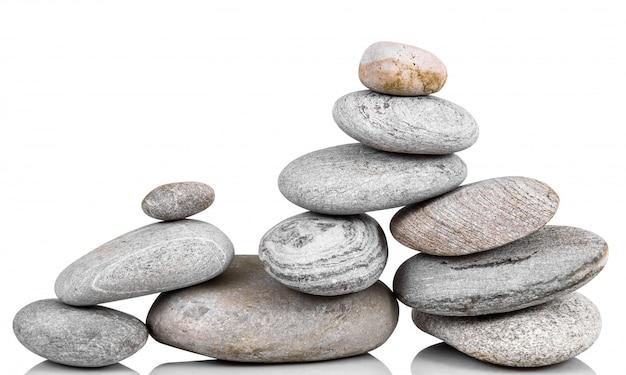 Gestapelde stenen op wit
