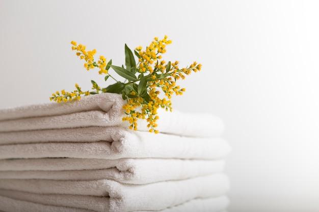 Gestapelde witte handdoeken