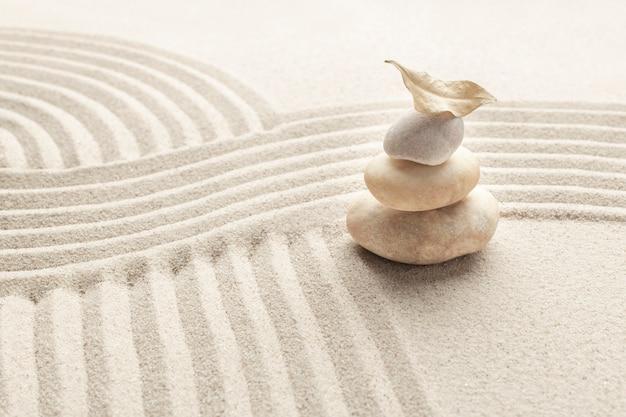 Gestapelde zen marmeren stenen zand achtergrond in mindfulness concept