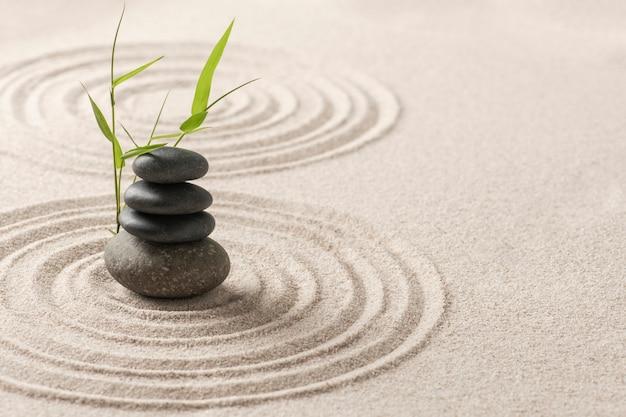 Gestapelde zen stenen zand achtergrond kunst van evenwicht concept