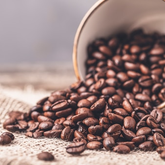 Gestemde foto van de koffiebonen van de koffiekop. detailopname