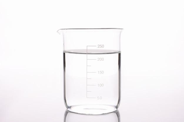 Gesteriliseerd water wordt gegoten in het meten van glazen close-up