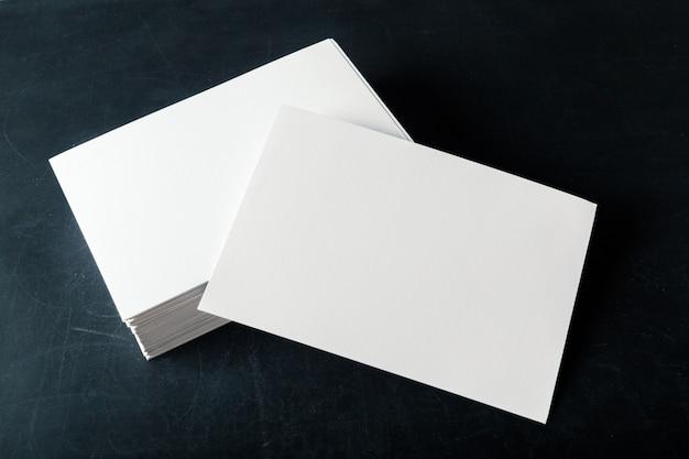 Gesteunde papieren blanco visitekaartjes op de stapel