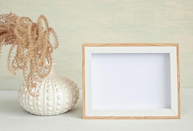 Gestileerd minimaal bureaublad met een frame in organische kleuren
