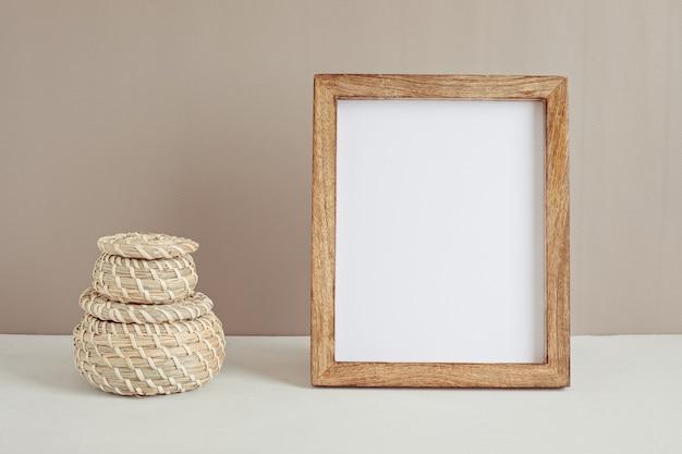 Gestileerd minimaal desktopmodel met stationaire organische kleur, frame