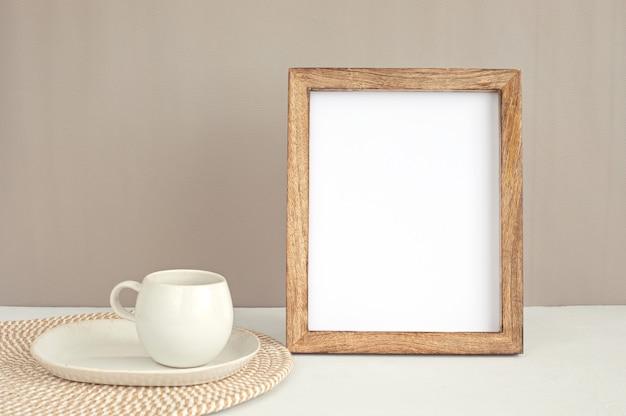 Gestileerd minimaal desktopmodel met stationaire organische kleur, koffiekopje, frame