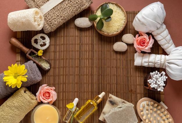 Gestileerd schoonheidsframe. natuurlijke huidverzorging cosmetische producten op bruine achtergrond.
