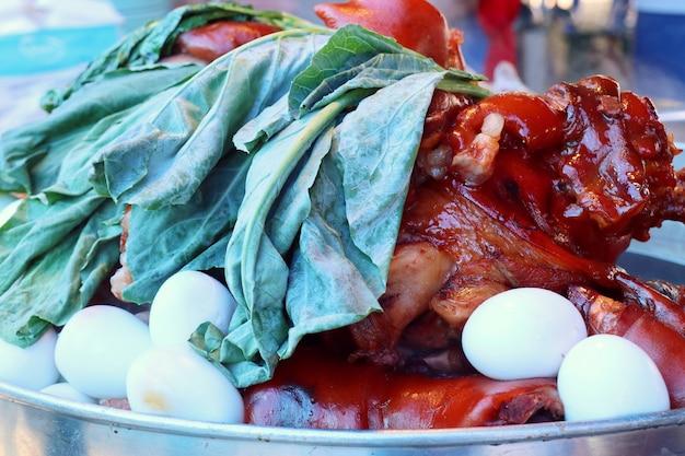 Gestoofd varkensvlees bij straatvoedsel