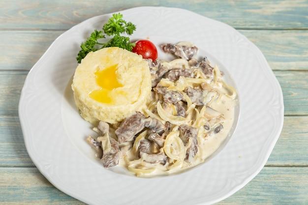 Gestoofd vlees en peper met aardappelpuree