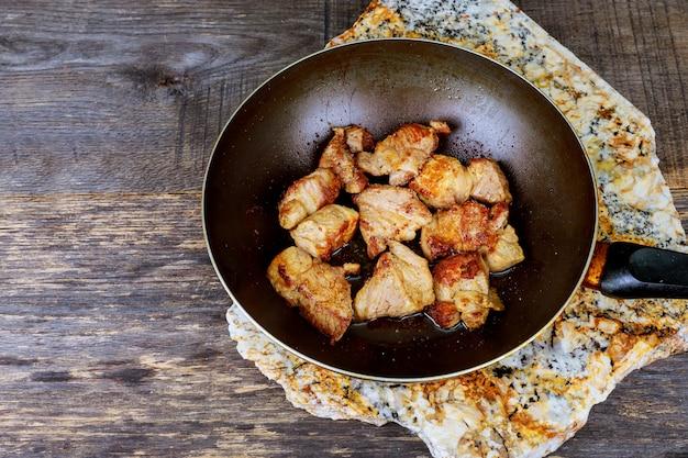 Gestoofd vlees in een braadpan wok gekookt voedsel klaar voor eten