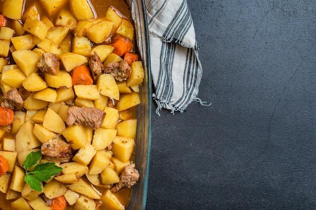Gestoofde aardappelen en vlees geroosterde groenten goulashgedeelte