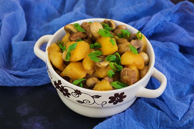Gestoofde aardappelen op een donkere ondergrond