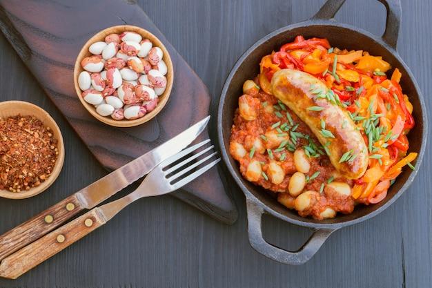 Gestoofde bonen met groenten en worstjes