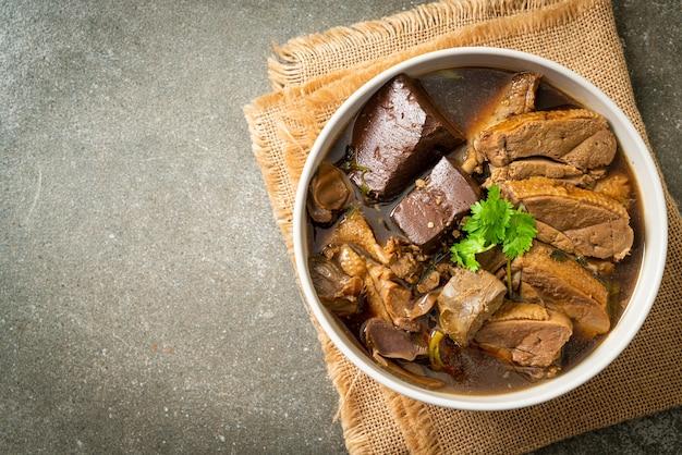 Gestoofde eenden of gestoomde eend met sojasaus en kruiden - aziatische stijl
