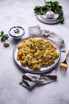 Gestoofde gezonde bulgur met groenten