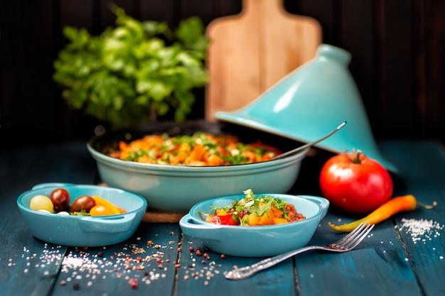 Gestoofde groenten op tafel. gehakte groenten. produceren