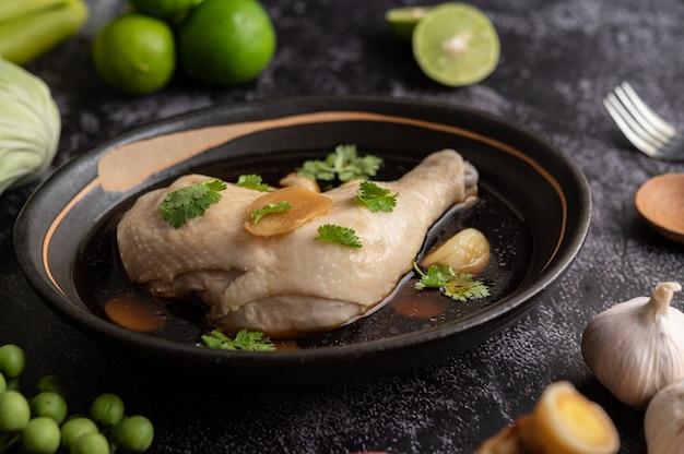 Gestoofde kippenboutjes, laos, knoflook en citroen