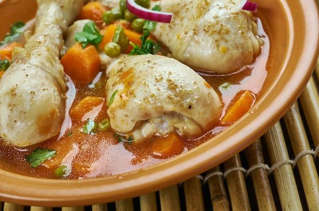 Gestoofde kippendijen geserveerd met ciderazijn, tijm en boter.