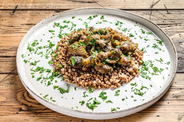 Gestoofde kippenmaagjes met groenten en boekweit