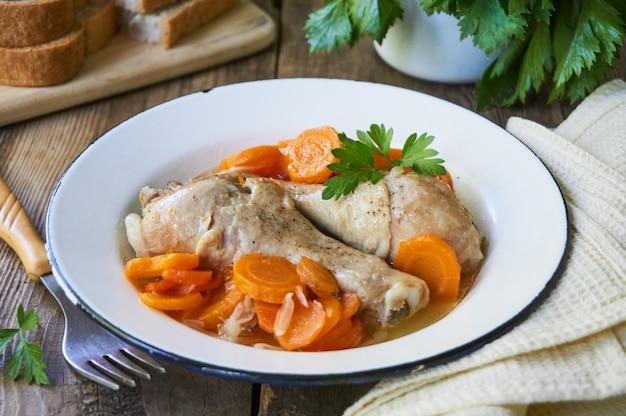 Gestoofde kippenpoten met wortelen
