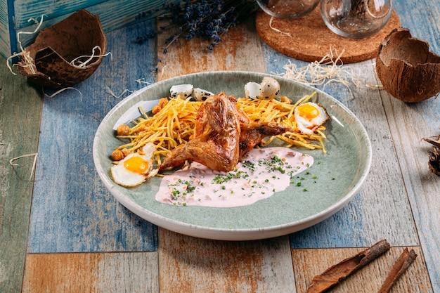 Gestoofde kwartel met pai aardappelen kikkererwten en eieren