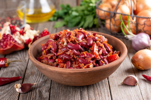 Gestoofde rode bonen met wortel in pittige tomatensaus, lobio - vegetarisch voedsel - dieet en kruiden - georgische keuken