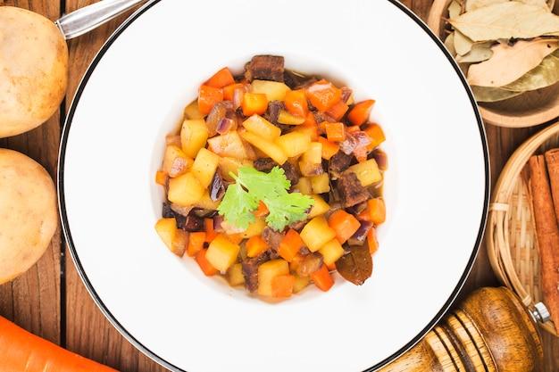 Gestoofde runderborst en wortelaardappelen aardappelborst