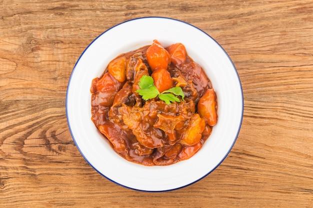 Gestoofde runderstaart met wortelen en aardappelen