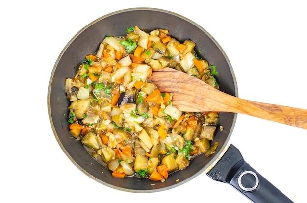 Gestoofde seizoensgroenten in de pan, groentestoofpot.